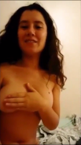 Ela se fazendo de santinha nao querendo mostrar os peitos